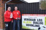To stolte formænd. Til venstre formand Mikkel Hoffmann-Rasmussen og ved siden af næstformand Jan Nissen, der hver holder beviserne på, at Store Heddinge Boldklub er årets klub på Sjælland og i hele Danmark.