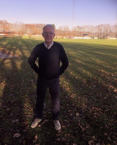 Knud Andersen med sine 16 baner i baggrunden