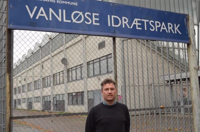 Cheftræner Jesper Holdt foran Vanløse Idrætspark